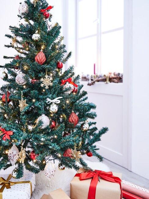 kerstboom met rode versiering
