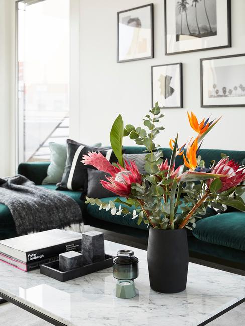 Bloemen in vaas naas koffietafelboek in woonkamer in wit