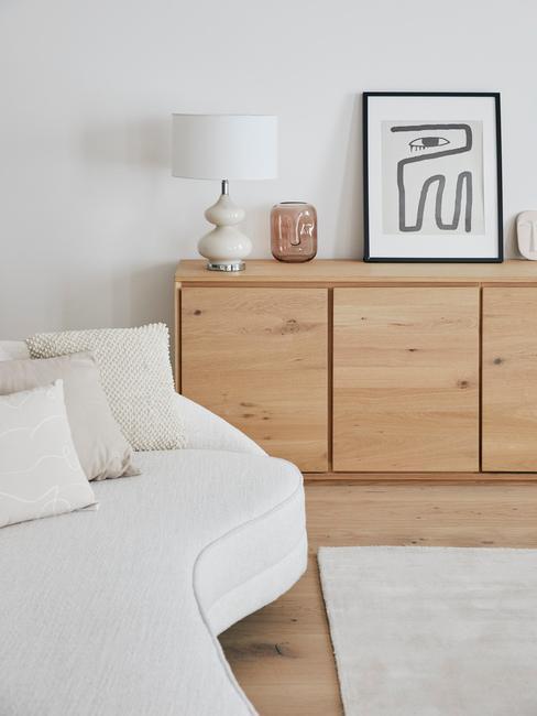 Houten dressoir naast een zitbank in wit