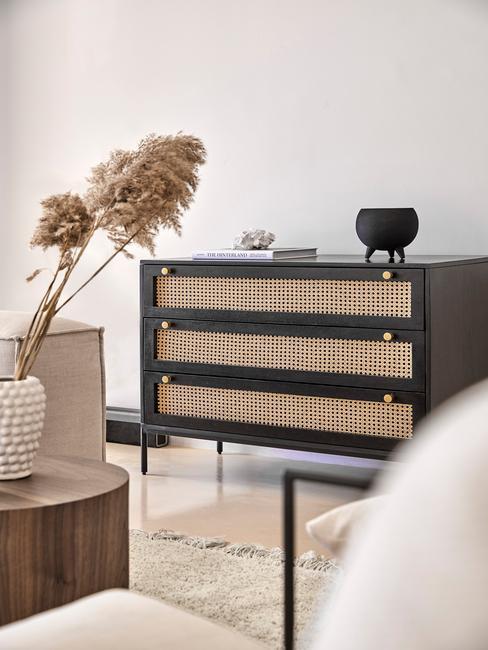 Dressoir decoratie: zwarte dressoir in Amerikaanse landelijek stijl woonkamer