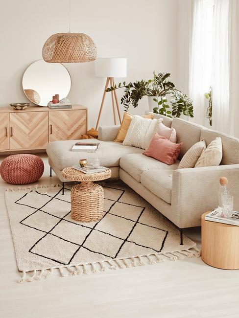 Woonkmaer in wit met houten meubeuls in landelijke stijl