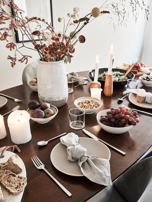 Tafeldecoratie landelijk: gedekte tafel met decoratie