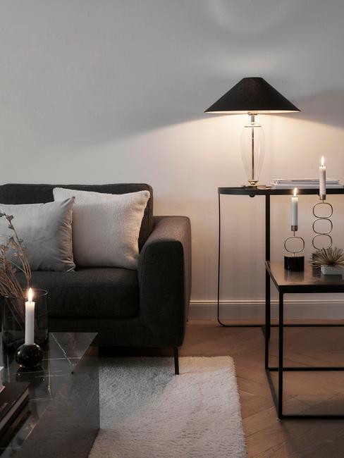 Zwarte zitbank naast een marmeren salontafel