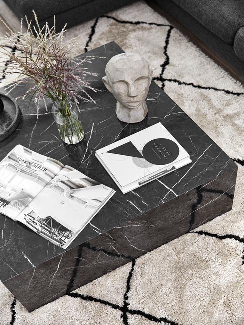 Koffietafelboek op marmeren salontafel in zwart