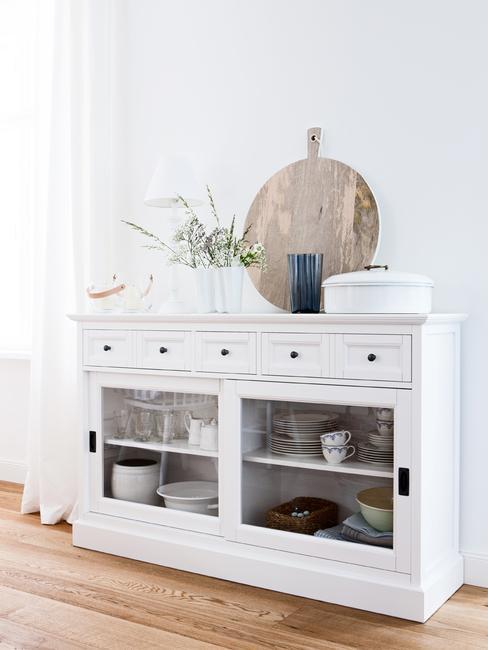 Witte dressoir in woonkamer in wit met houten decoratie elementen
