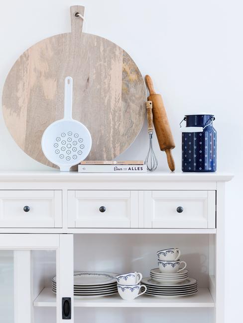 Houten decoratieve objecten in een woonkamer op een salontafel