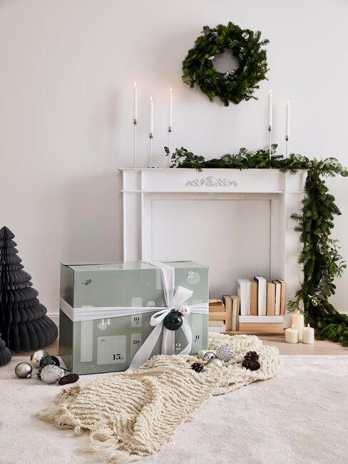 Schoenzetten header voor openhaard met kerstdecoratie en adventkalender