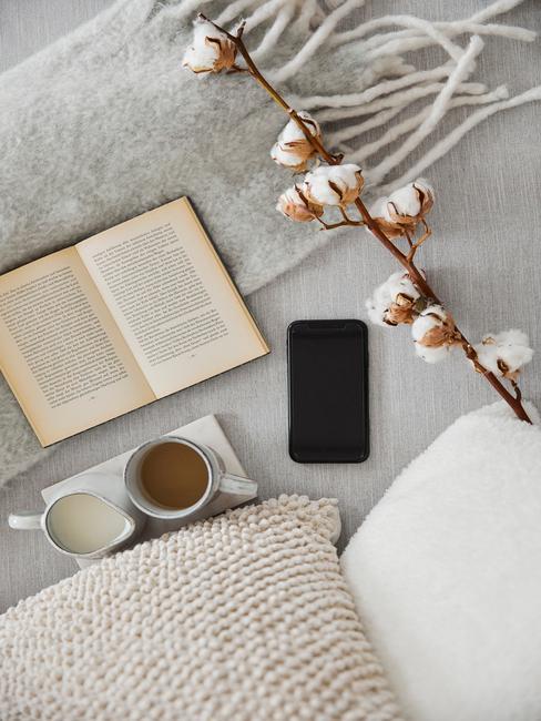 oud en nieuw 2020 thuis vieren met boek en kop thee