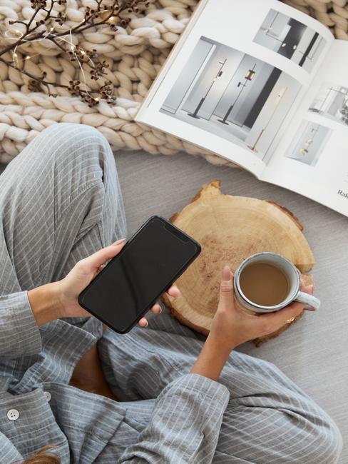 met pyjama op de bank en een kop thee een tijdschrift lezen