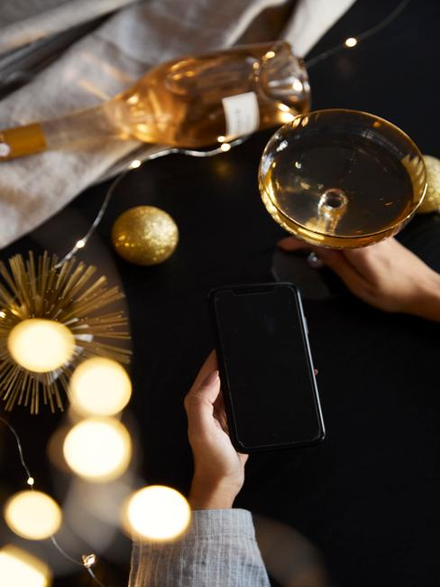 cocktail met fles champagne en gouden glitters