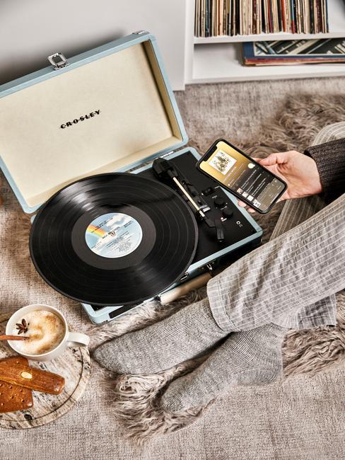 crosley platenspeler thuis met oud en nieuw voor bij het opzetten van je eigen playlist