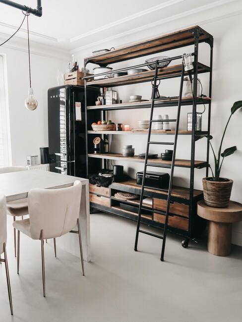 Boekenrek in de eetkamer met witte eettafelstoel
