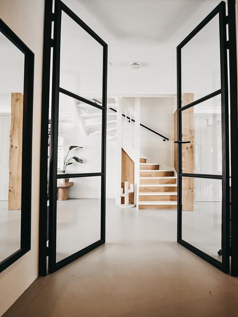 openslaande stalen zwarte deuren in huis manon tilstra