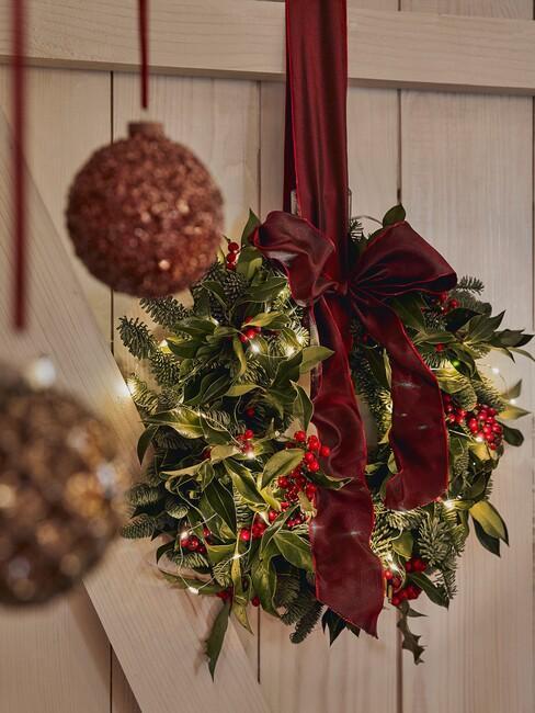 kerstdecoratie-maken: groene krans met rood lint