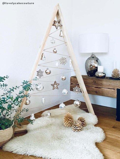 alternatieve kerstboom van hout met lichtslingers