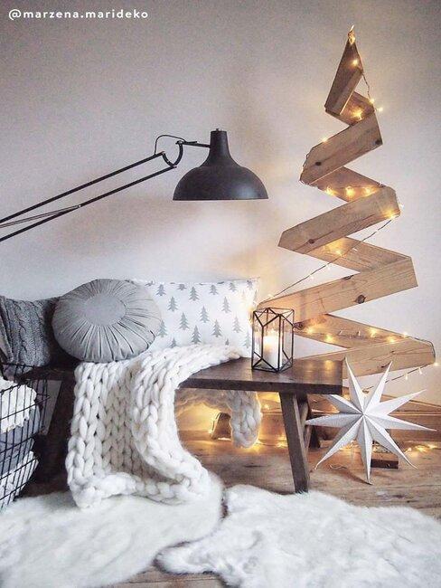 alternatieve kerstboom van hout aan de muur