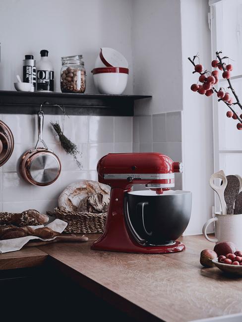 mat zwarte keuken met rode kitchenaid keukenmachine en matzwarte mix bowl