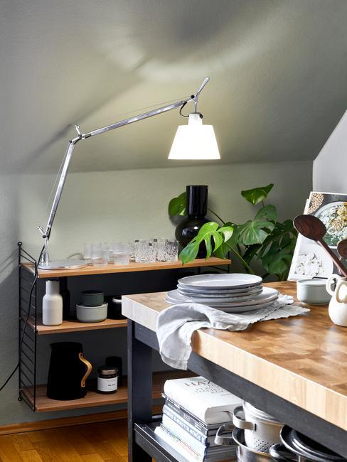 zwarte keuken met houten aanrecht en kaki muur