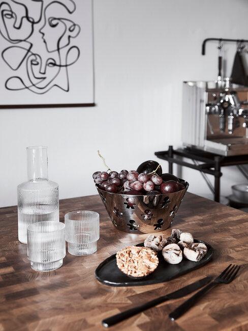 moderne keuken met houten tafelblad, glazen en waterkaraf