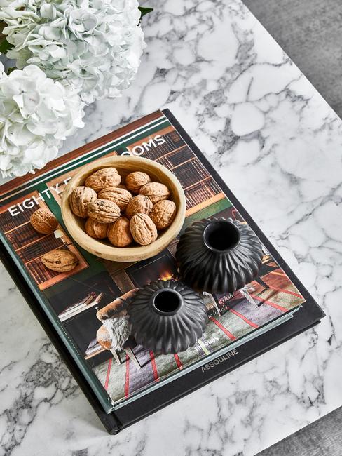 salontafel-decoratie boeken op een marmere tafel