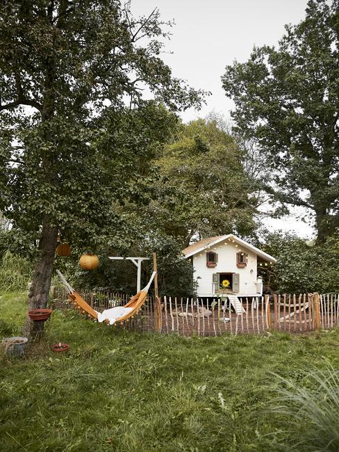 huisje op het platteland in groene tuin