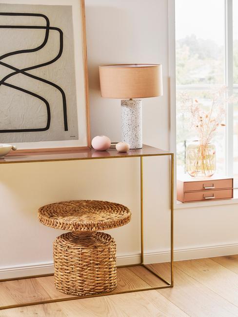 Schilderij met rond vormen en marmeren tafellamp