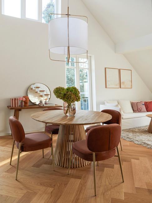 ronde licht houten tafel met velvet eetstoelen
