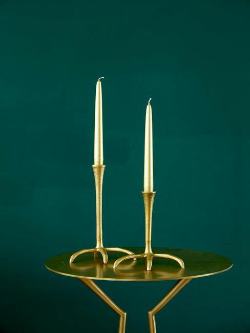 Gouden tafel met twee gouden kaarshouders en witte kaarsen