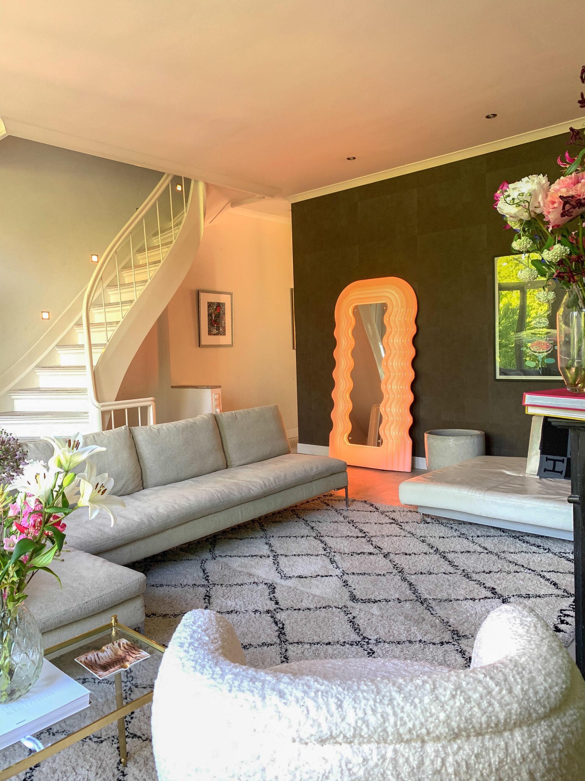woonkamer binnen de woontrends 2021 met curby spiegel