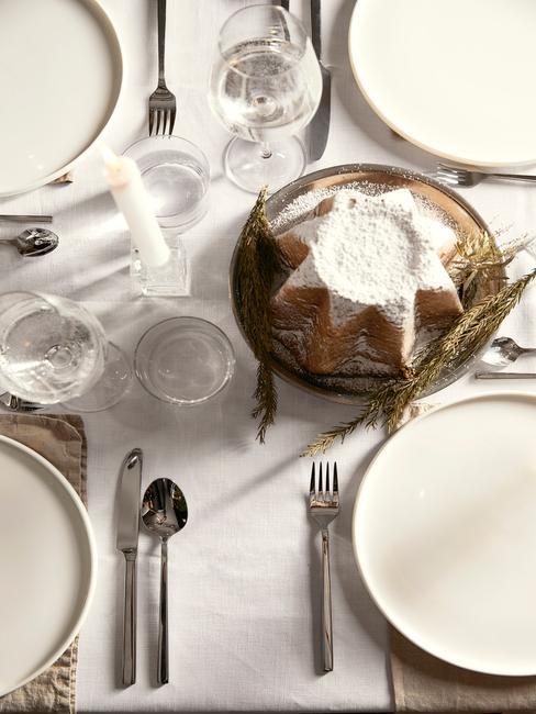 Tafelschikking in wit met tafelkleed in wit, borden in wit, bestekset in zilver