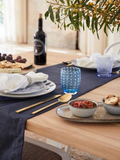 Gedekte tafel met tafelloper in donkerblauw