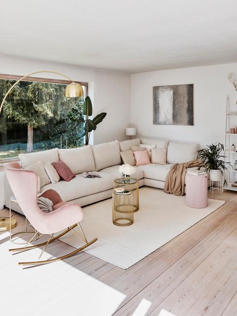 Hollandse meesters: comfortabele zitbank in beige met sierkussens en twee bijzettafels in goud