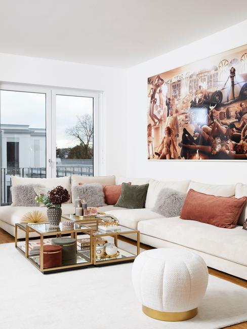 Hollandse meesters: woonkamer met comfortabele zitbank en glazen salontafel met een schilderij