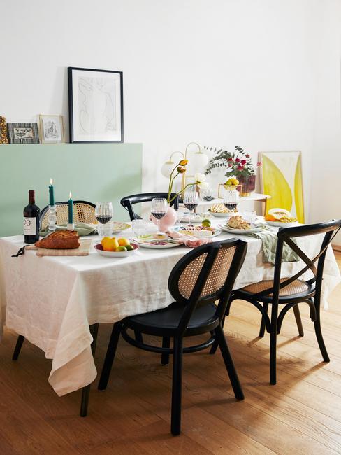 Eethoek met gedekte tafel en wall art aan de muur