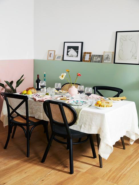 Gedekte tafel met wit tafelkleed en witte serviesset met bestekst in zilver kleur
