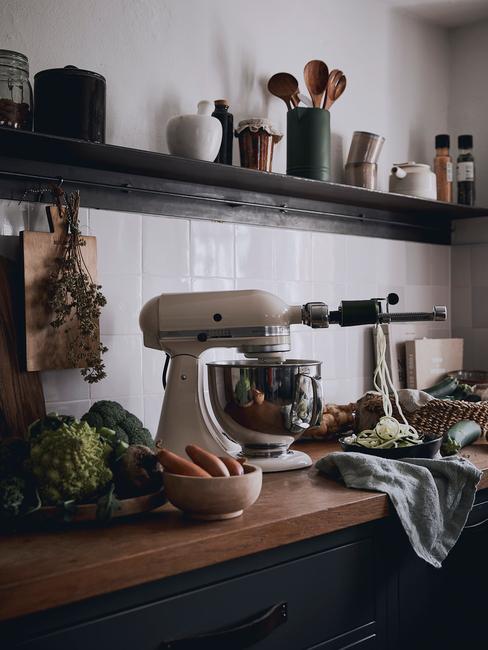 roze kitchenAid keukenmachine in witte keuken