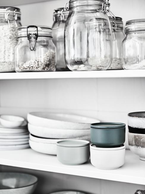 scandinavische keuken witte opbergkast met groene en doorzichtige opbergbakjes
