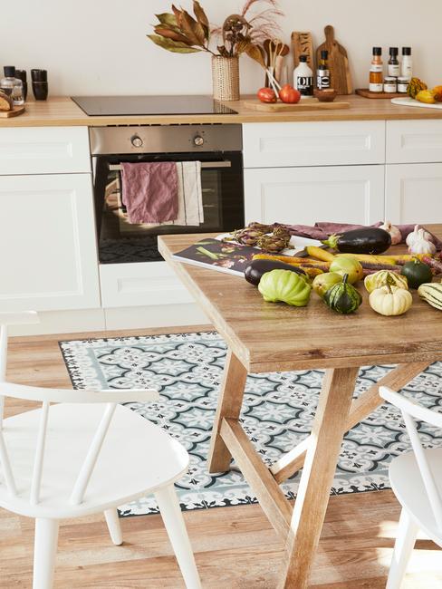 scandinavische keuken met hout en witte stoelen