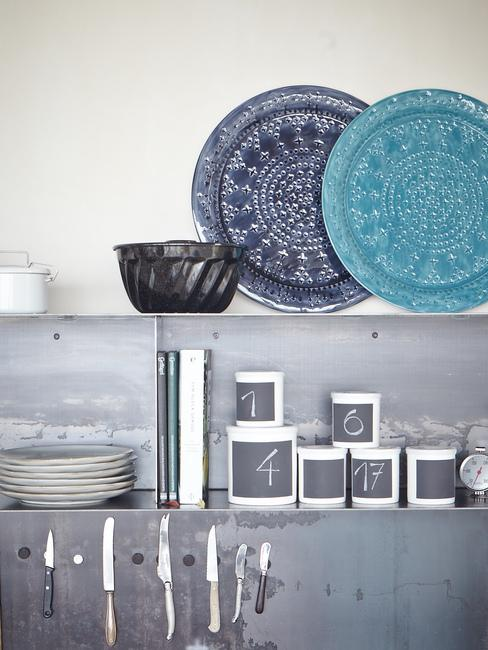 keuken met beton wand en gekleurde borden
