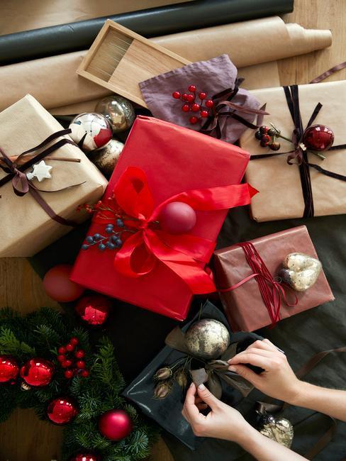 ingepakte cadeaus met kerstballen