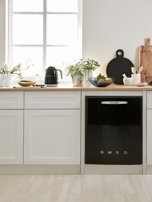 lichte keuken met ingebouwde smeg vaatwasmachine