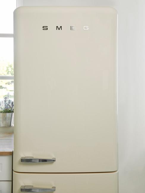 witte smeg koelkast in lichte keuken