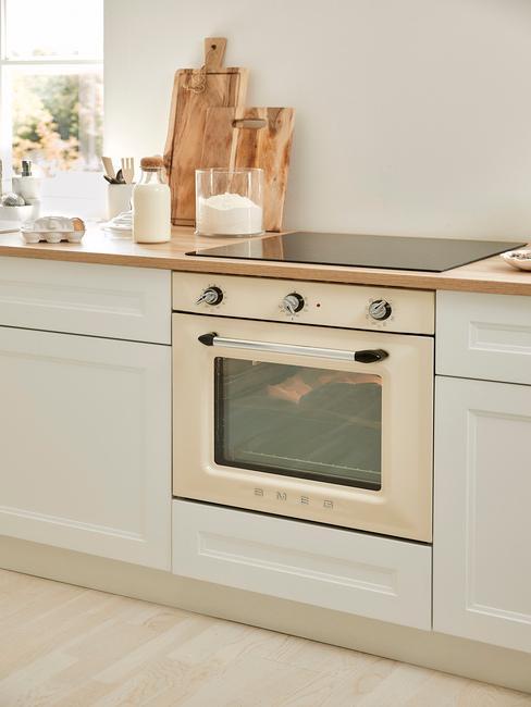 lichte keuken met ingebouwde witte smeg oven
