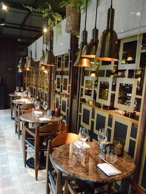 Gastrobar Downtown Oriental Ron Blaauw marmeren eettafels met gouden hanglampen