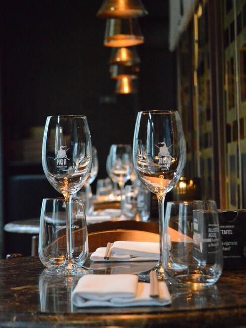 Gastrobar Downtown Oriental Ron Blaauw eettafel met wijnglazen