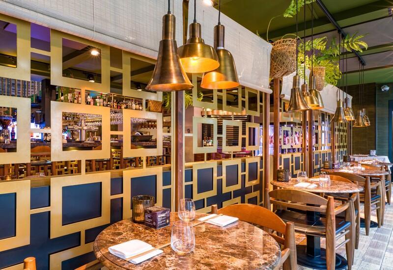 Ron Gastrobar Downtown Oriental eettafel met gouden hanglampen