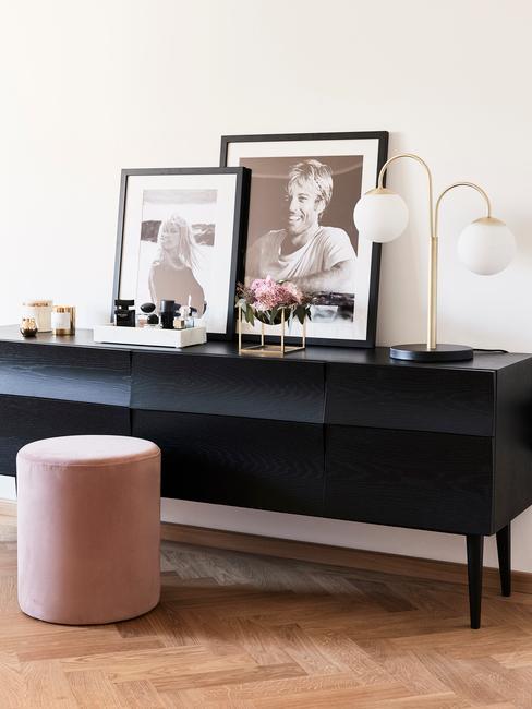Woonkamer inspiratie met zwart dressoir en metalen lamp