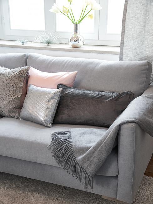 Comfortabele zitbank in grijs met sierkussens