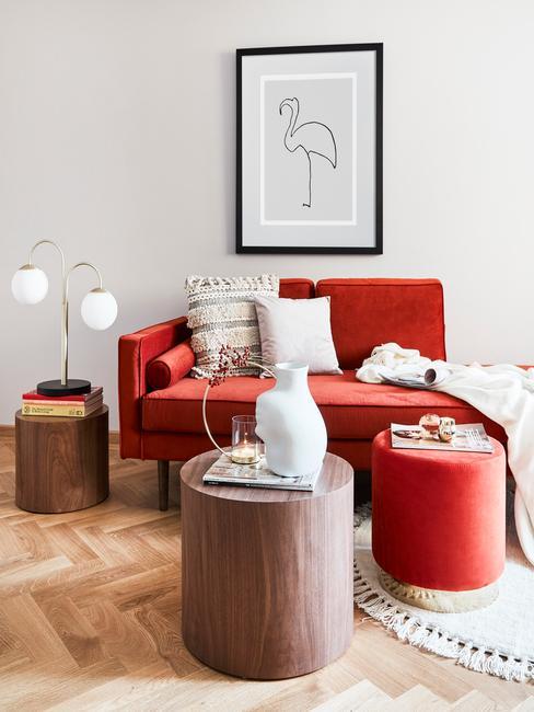 Woonkamer inspiratie in moderne stijl met comfortabele zitbank naast een houten bijzettafel en tafellamp