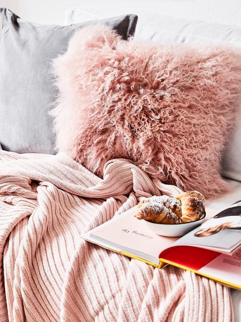 Zachte sierkussen in roze en plaid